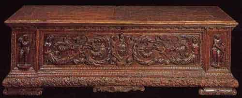 Cassone in noce intagliato con al centro lo stemma della famiglia Chigi (Mercato Antiquario)