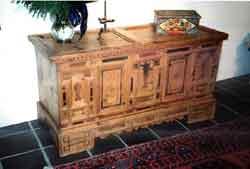 Restauro e Antiquariato: cassapanca originale con intagli e intarsi