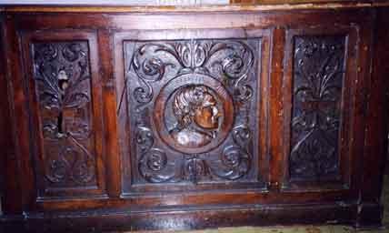 Fronte della scrivania con il medaglione che ritrae Gianbattista Vico