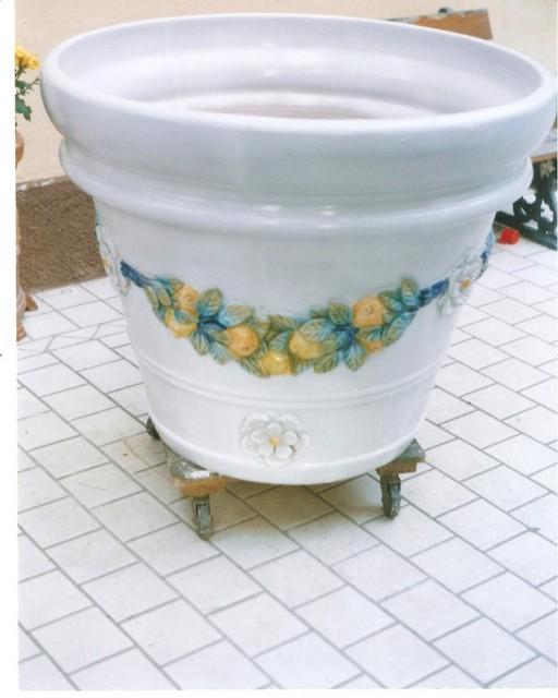 grande vaso in maiolica , in pezzi il vaso restaurato