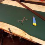 Come sostituire il panno della scrivania
