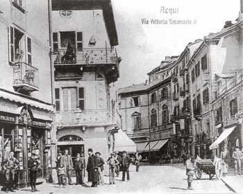 Fig. 4: Vecchia cartolina del centro storico di Acqui Terme. Particolare delle facciate dipinte in Via Garibaldi