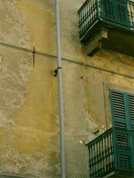 Fig 7: Piazza San Guido, prima del recupero degli anni Ottanta/Novanta.  Particolare di una facciata con evidenziazione del grado di leggibilità delle coloriture e degli apparati decorativi in corrispondenza delle zone più riparate.
