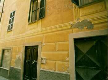 Foto 8: Via Alessandro Manzoni, dopo il recupero degli anni Ottanta/Novanta. Particolare di una facciata che palesa i segni di un precoce degrado imputabile all'utilizzo di materiali inadeguati.