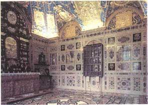 All'interno del palazzo della residenza di Monaco si trova la Reiche kapelle (cappella ricca), 1607-1630. Notevole apparato decorativo ad imitazione dell'intarsio marmoreo fiorentino.