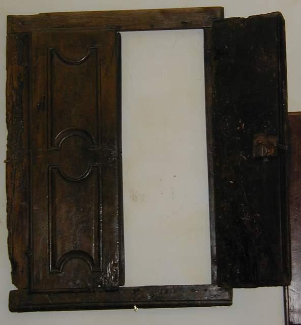 Antico stipo a muro