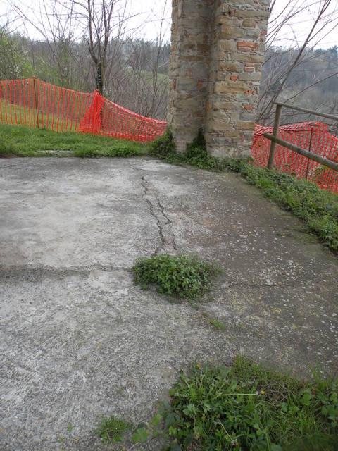 Chiesa San Vito A Morsasco:Particolare del cedimento del pavimento del portico